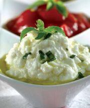 Mousse de queso con albahaca, tomate dulce y aroma de Chios mastiha