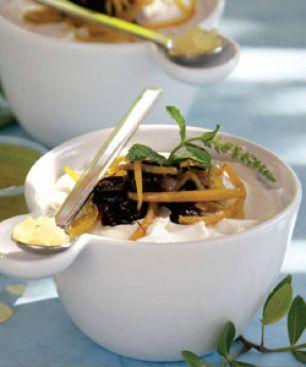 Aceitunas en un vaso con yogur, miel y mastiha